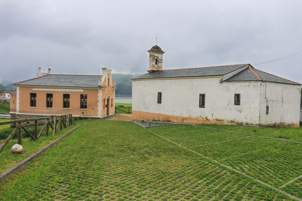 Escuela y Ermita