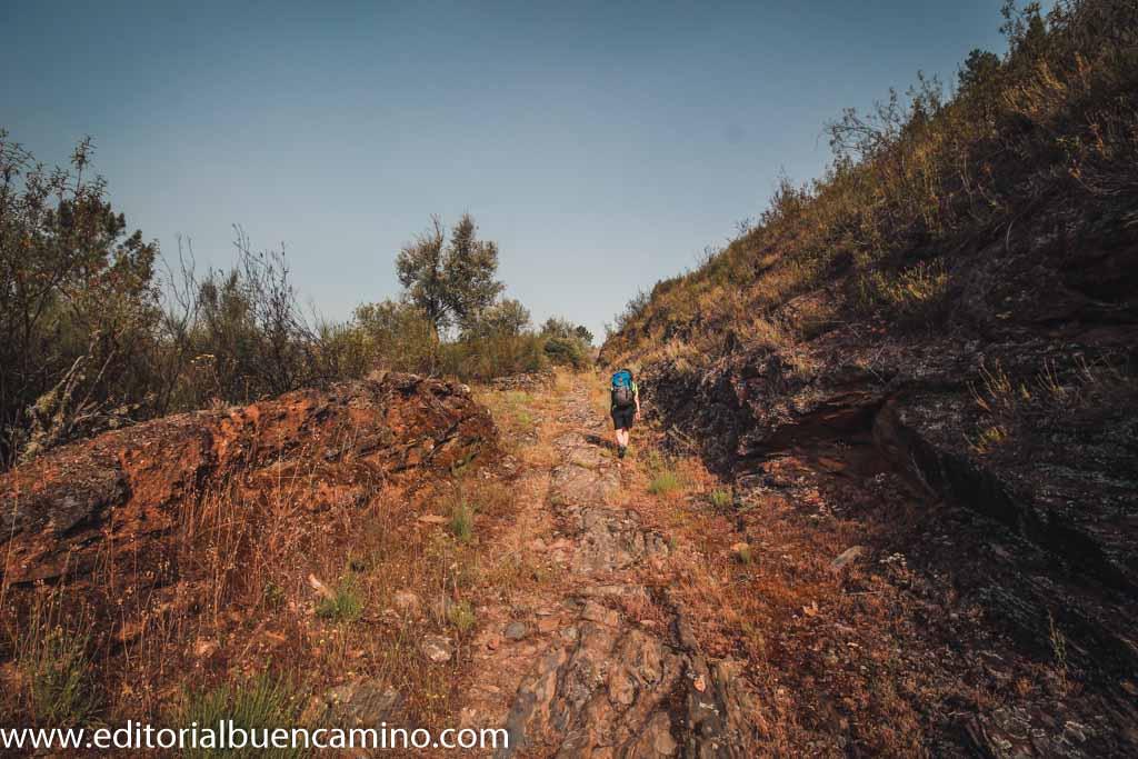 Camino tallado en la roca