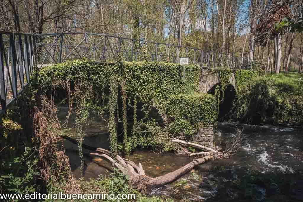 Puente sobre el río Sarria