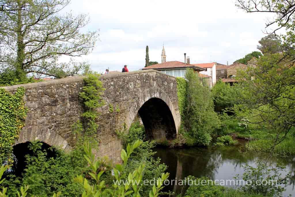 El puente medieval de Furelos es parte del Camino.