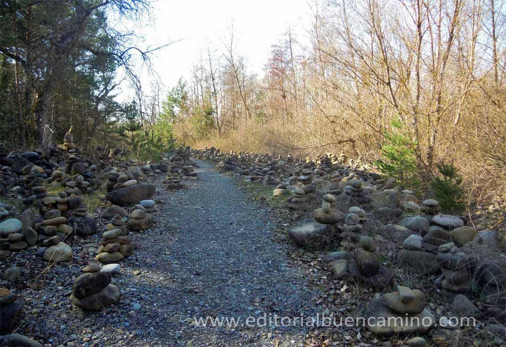 Montículos de piedras dejados por los peregrinos